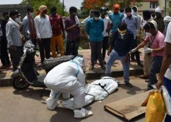 coronavirus-live-updates-vidisha-negligence-carrying-bodies-infected-dead-body-fell-road-middle