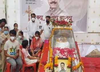 a-large-crowd-of-activists-for-the-funeral-of-mp-rajiv-satav