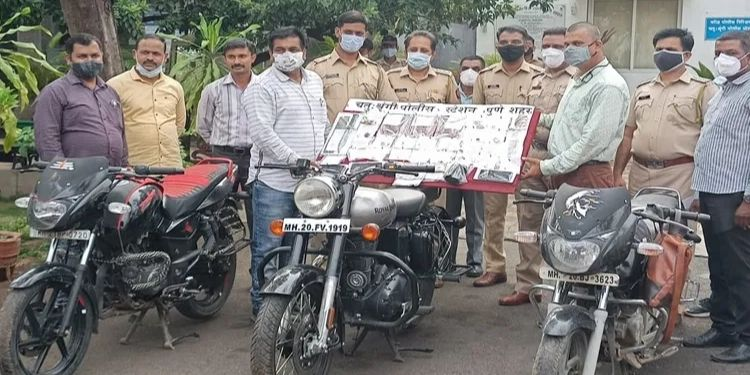 pune-a-gang-of-6-burglars-broke-into-the-houses-of-senior-citizens-in-the-city-and-seized-goods-worth-rs-17-50-lakh-from-chathushrungi
