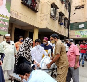 pune-corporator-parveen-haji-feroze-supports-many-families-during-the-holy-month-of-ramadan-and-lockdown