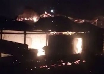 Satara Crime | near about ten houses set on fire in chaphal due to quarrel between husband and wife in satara district.