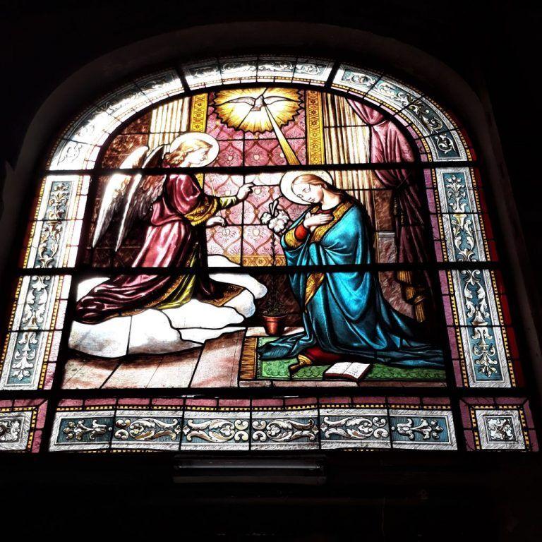 Uno de los pocos vitrales que quedan intactos de la capilla del hospital español