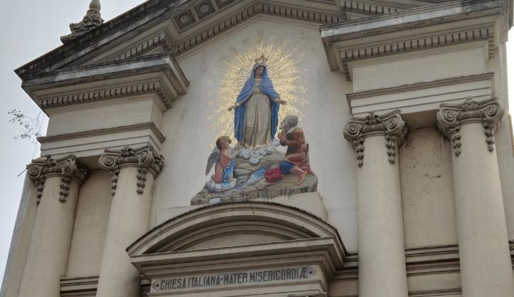 Detalle del frontis de la iglesia MAter misericodeiae donde se observa la imagen de maria