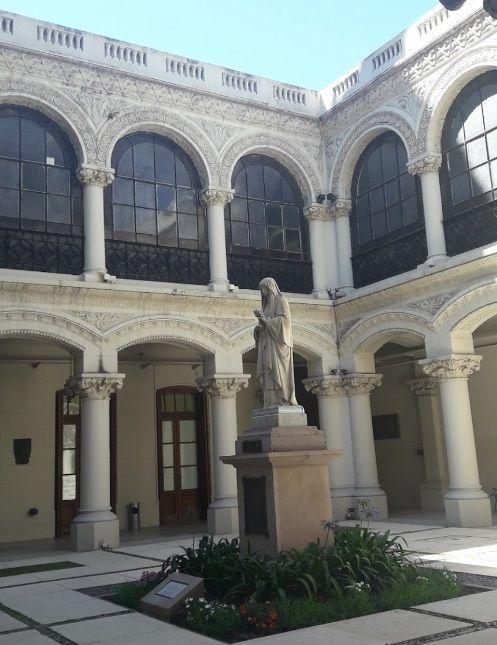 Patio actual de lo que fue el convento con la imagen de Santa Clara