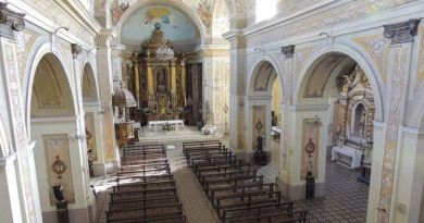 El interior es de planta basilical, con una nave central y dos laterales con una cúpula en el crucero. El techo es de cañón corrido que descansa en gruesos pilares que sostienen arcos de medio punto. Se observan frescos realizados a principios del siglo pasado y restaurados en 1990.