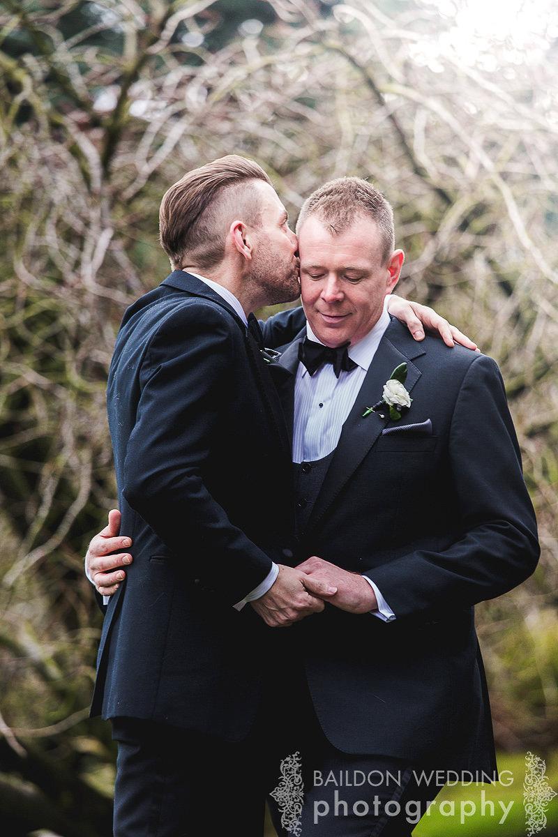 groom kiss