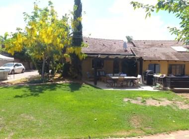 למכירה באבן יהודה בית כפרי מהמם במפלס אחד על מגרש של דונם.