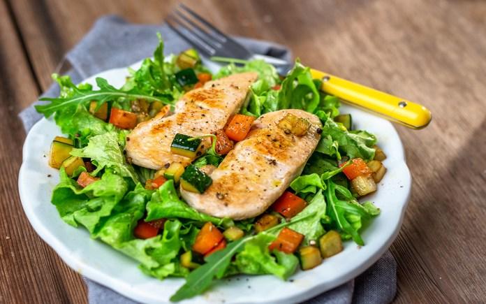 Pollo y filete de lima a la parrilla con ensalada de hierbas y rúcula 2