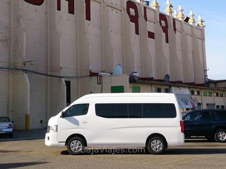 Transporte turístico de lujo tipo van Urvan o Hiace, ideal para tus paseos en Tijuana.