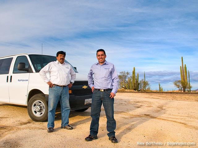 Equipo BajaViajes.com Jose Luis Morales, Hector Rios, atendiendo un viaje en 2010