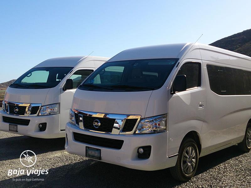 Vans tipo Nissan Urvan o Toyota Hiace. Transporte turístico en Baja California.