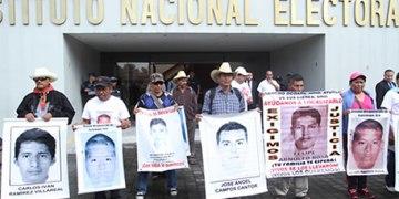 Parten a Sudamérica familiares de los 43; denunciarán al gobierno 7