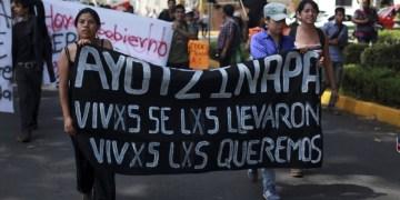 Padres de los 43 toman dos estaciones de radio en Chilpancingo 4