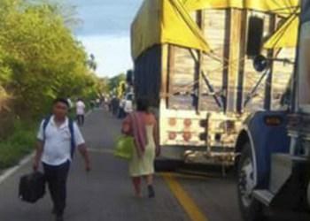 Ahora bloquean transportistas la carretera Acapulco-Pinotepa 7