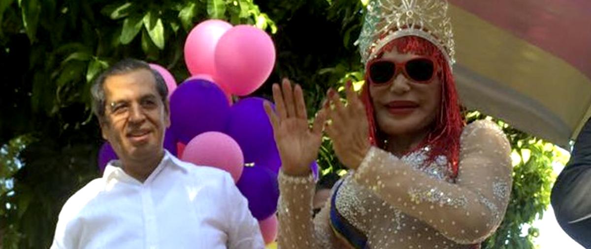 Coronan a Lyn May en Acapulco como reina de la sexta marcha gay