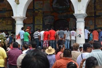 Parte de las personas que se mantienen resguardando el ayuntamiento pero también efectuando acciones violentas contra integrantes del MPG. Foto: Sergio Ferrer