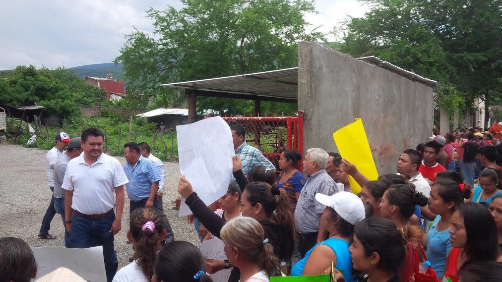 Alcalde priísta dio por concluidas obras sin terminar en Colotipla; protestan vecinos