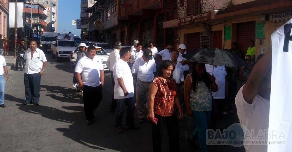 Marchan transportistas en Chilpancingo; exigen reordenamiento víal