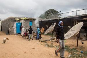 51212048. Trípoli, Libia, 12 Dic. 2015 (Notimex- Luca Pistone).- Este es un negocio millonario que alimenta y enriquece a organizaciones mafiosas a menudo dirigidas por milicias. Es la otra cara de la migración en Libia, lo que se esconde detrás de la tragedia humanitaria de miles de personas que huyen de la pobreza y las guerras. NOTIMEX/FOTO/LUCA PISTONE/FRE/HUM/