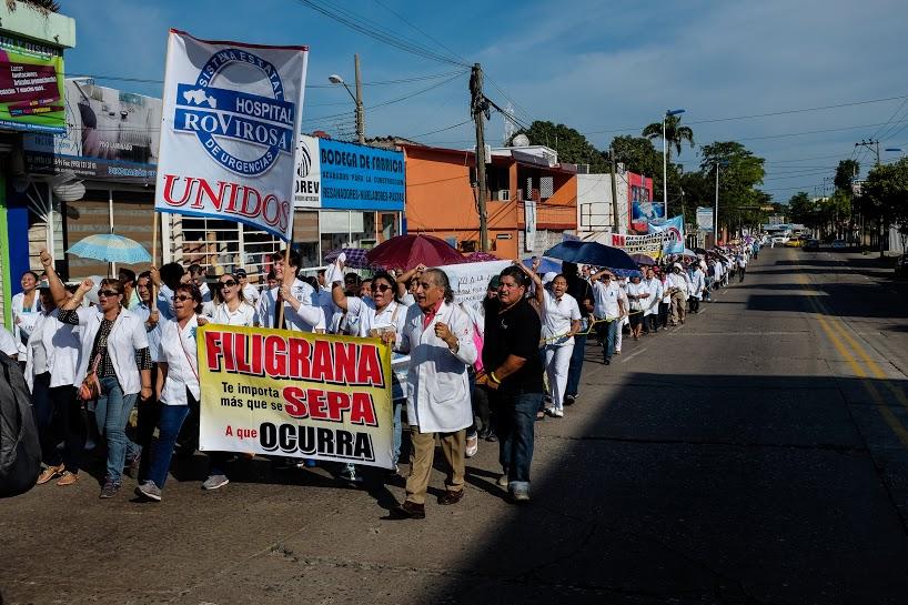 Más de mil 200 marchan por la dignidad de los servicios de salud en Tabasco 16