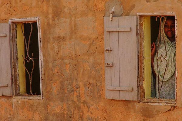 60328021. Nouakchott, Mauritania, 28 Mar. 2016 (Notimex-Luca Pistone).- En Mauritania hay una antigua y controvertida tradición que establece que la privación de libertad se transmite por vía matriarcal. De esta manera, los niños nacidos como resultado de violaciones perpetradas por la etnia dominante son propiedad del amo violador. Único país en el mundo que no tenía una legislación adecuada contra la esclavitud. Ahora que la tiene, resulta que a menudo las leyes no bastan para eliminar tales prácticas anacrónicas. NOTIMEX/FOTO/LUCA PISTONE/COR/HUM/