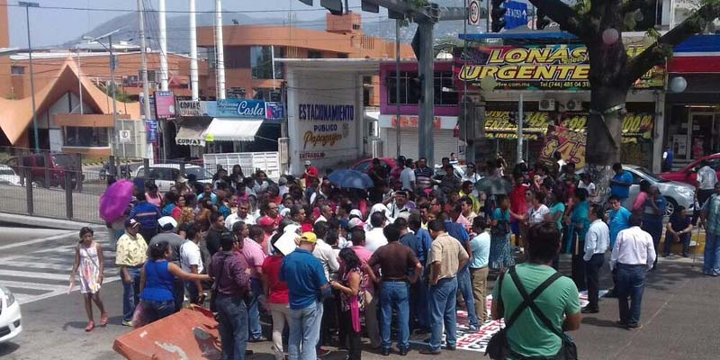 Bloquean maestros la avenida Cuauhtémoc de Acapulco