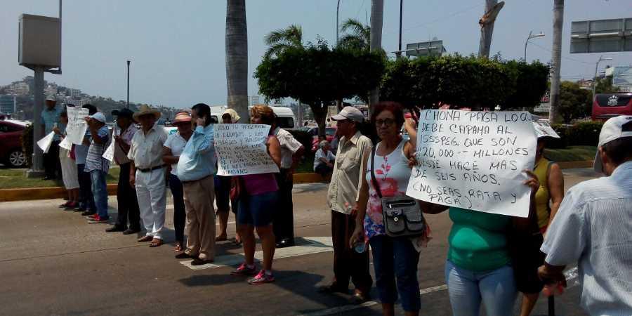 Adeuda gobierno de Acapulco millones a jubilados; bloquean Costera