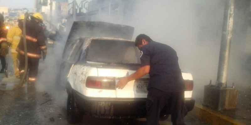 Se incendia vehículo en principal avenida de Acapulco