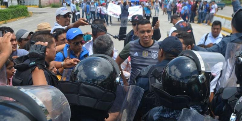 Con bloqueo en la autopista del sol, normalistas piden plazas