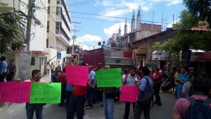Protestan bomberos en Chilpancingo; exigen pago de bono
