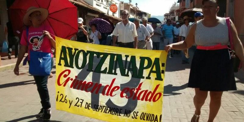 """""""Vivos se los llevaron, vivos los queremos"""", exigieron en Zihuatanejo por los 43"""
