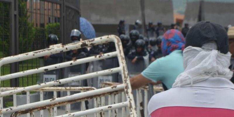 Se enfrentan maestros y policías en Chilpancingo, Guerrero