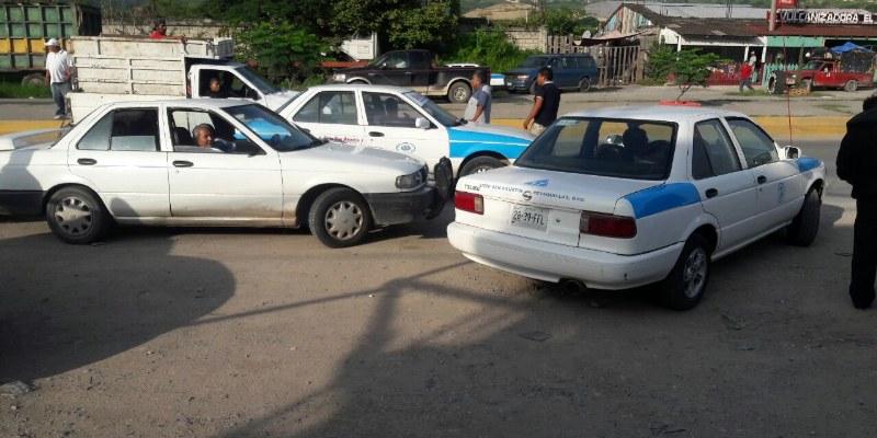 """Retiran taxistas a """"piratas"""" en Petaquillas, Chilpancingo"""