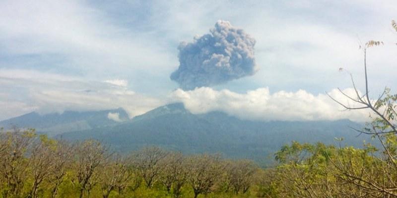 Cerca de 400 turistas atrapados tras erupción de volcán en Indonesia