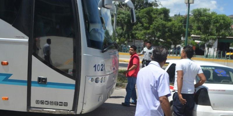 Bloquean taxistas terminales de autobuses en Chilpancingo