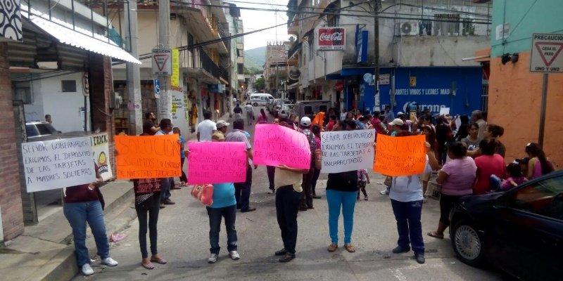 Bloquean calle en Chilpancingo; exigen pago de programas sociales