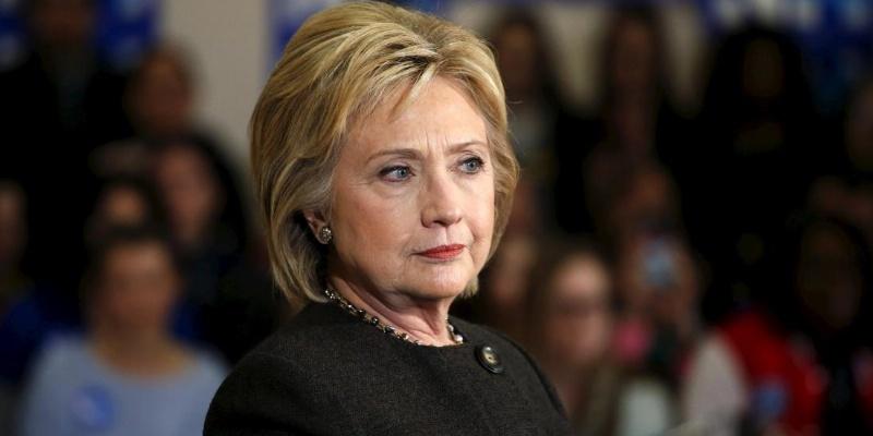 Investigan a ex esposo de asesora de Clinton por mensajes a menor