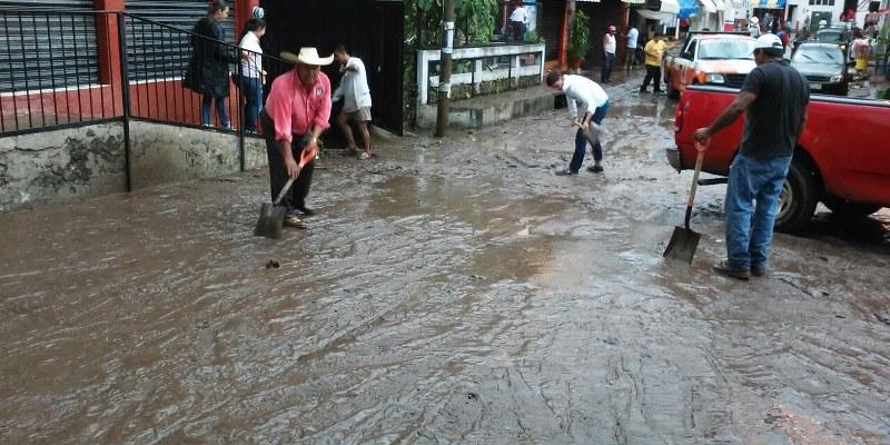 Tormenta inunda viviendas y comercios en Buenavista de Cuéllar
