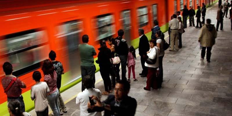 Evita policía suicidio en metro de CDMX