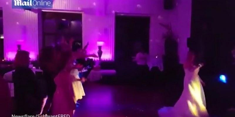 Le cae el ramo de novia en los pies, se cae al levantarlo [VIDEO]