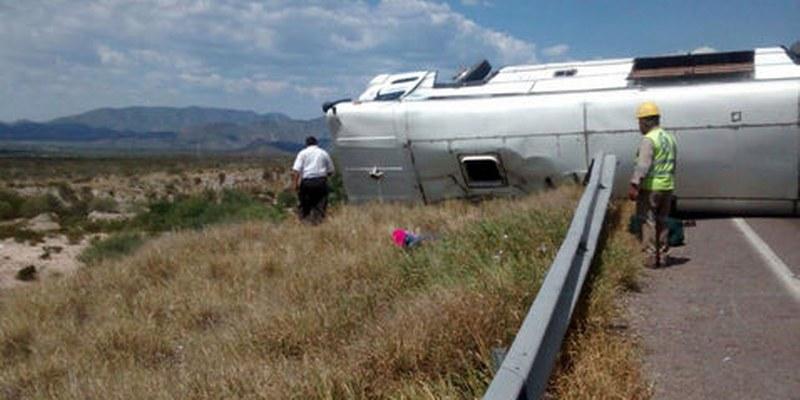 Volcadura de camión de pasajeros en Jalisco deja 14 lesionados