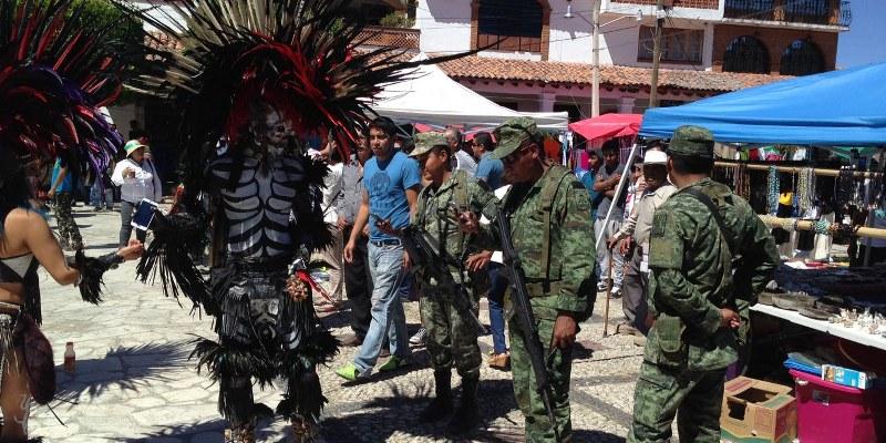 Danzantes y soldados. Foto: Sergio Ferrer
