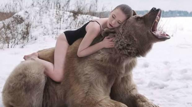 modelos con un oso