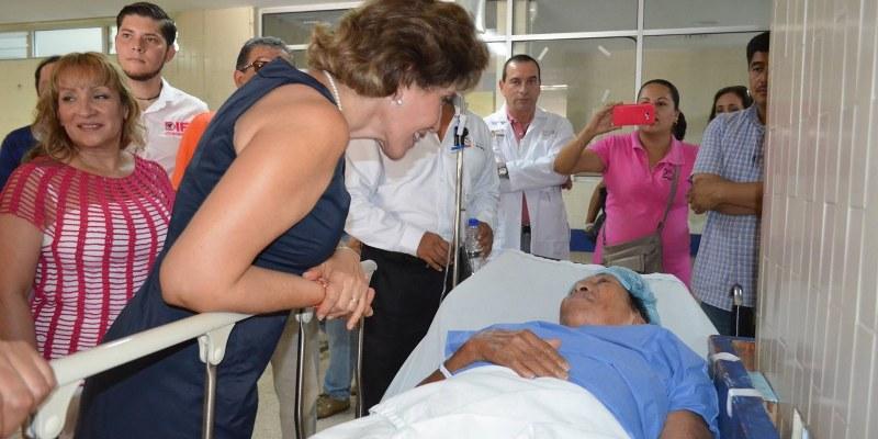 Reconocen a presidenta del DIF por jornadas quirúrgicas en Guerrero