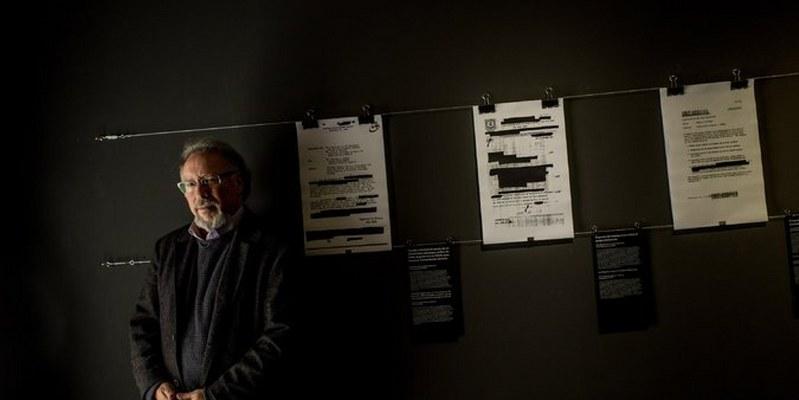 """Peter Kornbluh curó la exhibición, que incluye documentos y memorandos redactados por la CIA. """"La importancia de tener estos documentos es que las nuevas generaciones de chilenos pueden verlos"""", dijo."""