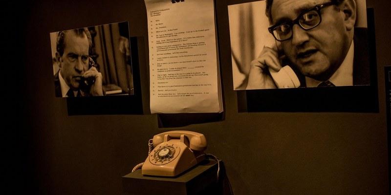 """En la exhibición """"Secretos de Estado"""", en el Museo de la Memoria y los Derechos Humanos de Chile, se puede escuchar una conversación telefónica entre Nixon y Kissinger"""