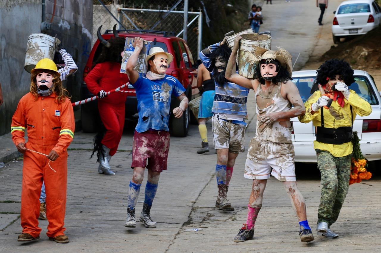 Difuntos regresan del más allá a la fiesta de la Huehuenchada 2