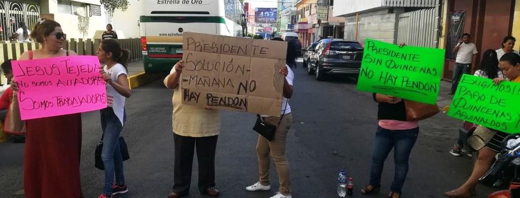 Chilpancingo: trabajadoresbloquean avenida; exigen pagos
