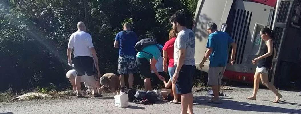 Mueren 11 en accidente de autobús turístico en Quintana Roo