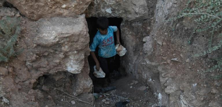 Civiles cavan sus propias cuevas para refugiarse de bombardeos en Idlib